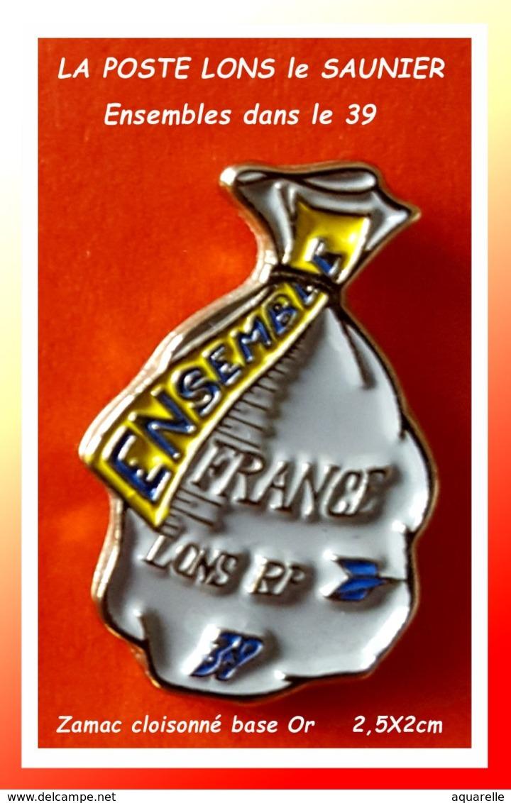 SUPER PIN'S POSTES : SAC Courrier Pour La POSTE LONS LE SAUNIER RP (39) Ensembles ZAMAC Cloisonné Or, Format 2,5X2cm - Correo
