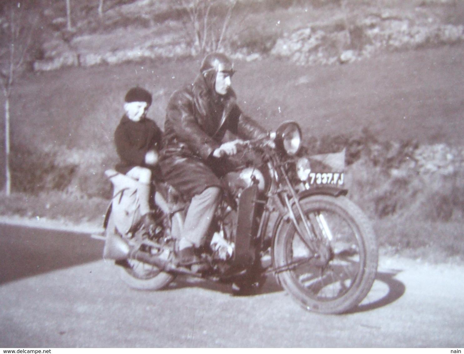 MOTOS - PHOTO CARTONNEE - 13 X 8.7 -MOTO AVEC UN PETIT GARÇON DERRIERE... -  TROUVER EN BRETAGNE, FINISTERE - Motos