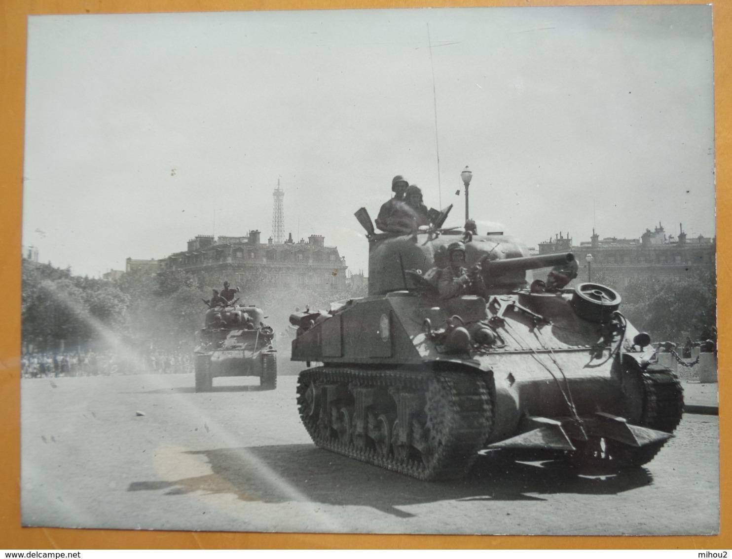 2 CHARS TOUR EIFFEL  LIBERATION DE PARIS GUERRE WW2 PHOTO DE PRESSE 24 X 18 Cm PHOTO PRESSE LIBERATION - Guerre, Militaire