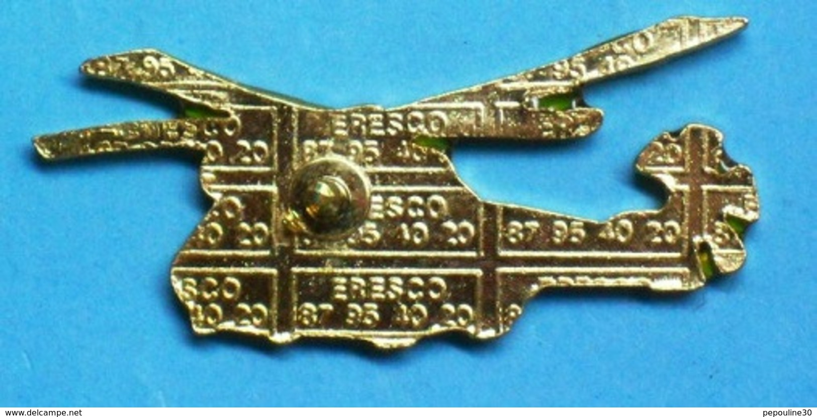 1 PIN'S  //   ** HÉLICOPTÈRE / SA330 PUMA / ALAT / CAMOUFLAGE EUROPE / NOIR-VERT-TERRE ** . (ERESCO) - Militaria