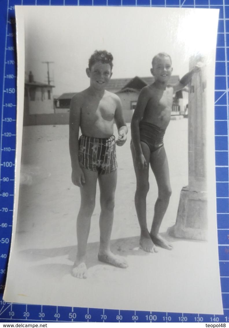 B&W Amateur Photo Boy Garcon Beach Vacation Summer Large Format - Anonyme Personen