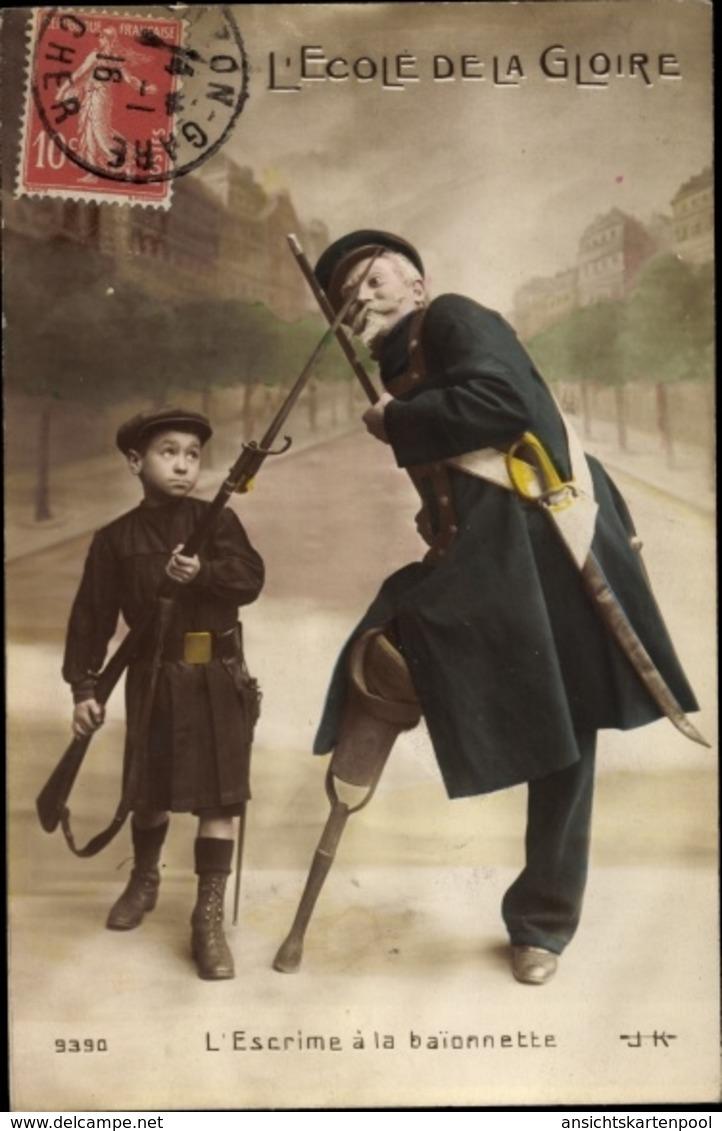 Cp L'Ecole De La Gloire, L'Escrime à La Baionnette, Junge In Uniform, Veteran, Holzbein - Militaria