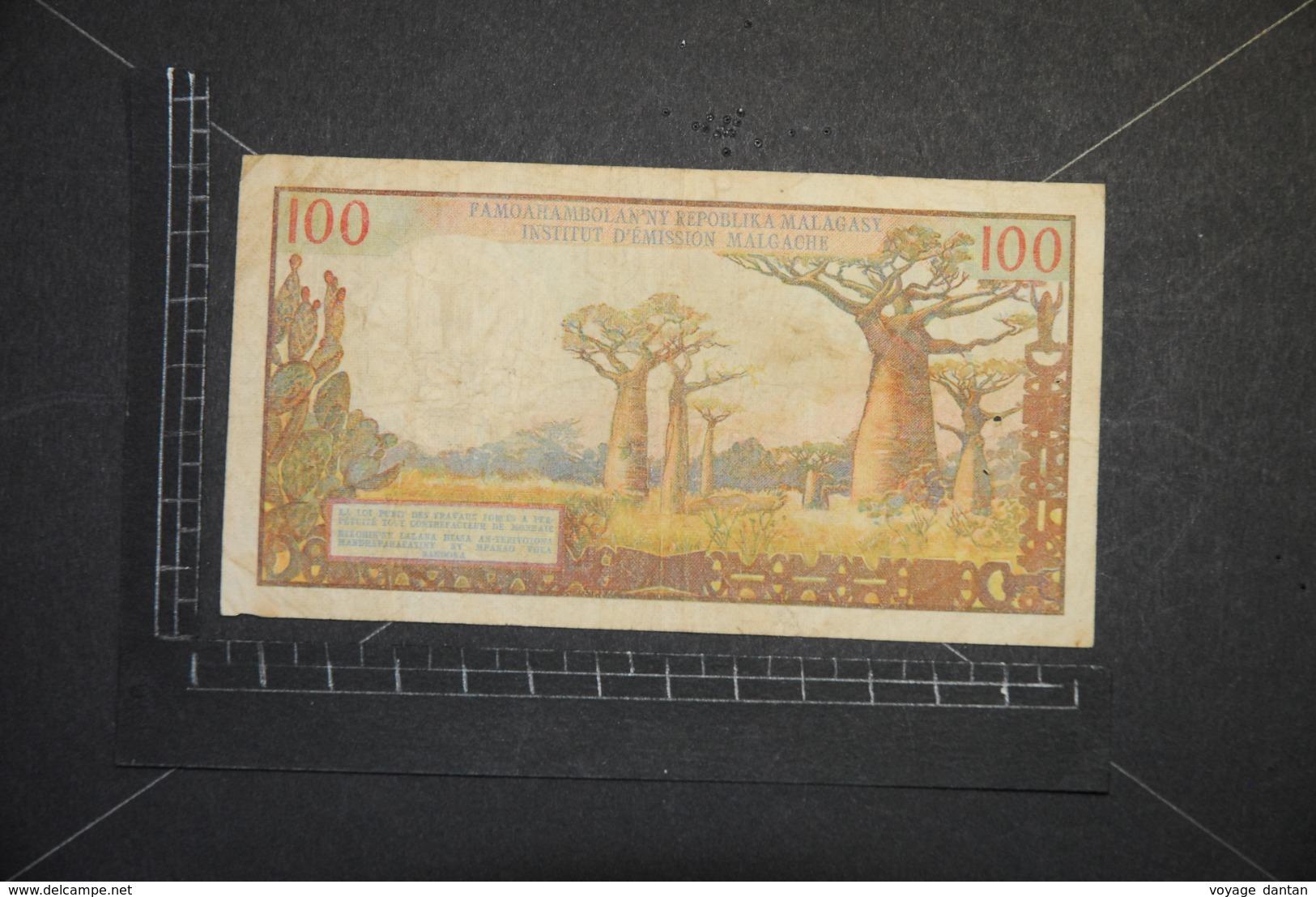 Billet, MADAGASCAR, 100 Francs Institut D'emission Malgache R.26 14863 Non Daté 1966 - Madagascar