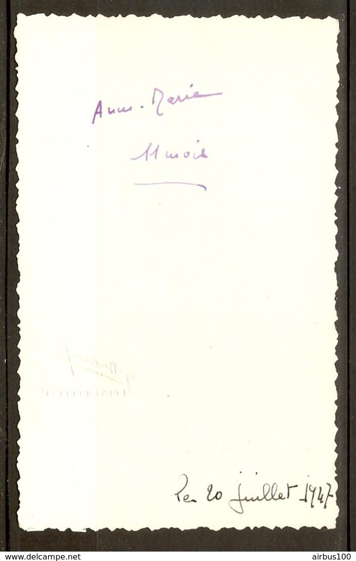 PHOTO ORIGINALE 20 JUILLET 1947 STUDIO BERTRAND FONTAINEBLEAU - PORTRAIT PETITE FILLE Aux CHEVEUX BOUCLES - Persone Anonimi