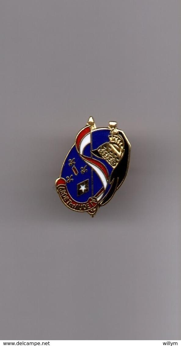 Pin's Armée / Insigne 3ème Régiment De Dragons (EGF Doré Signé Segalen) Hauteur: 1,8 Cm - Militaria