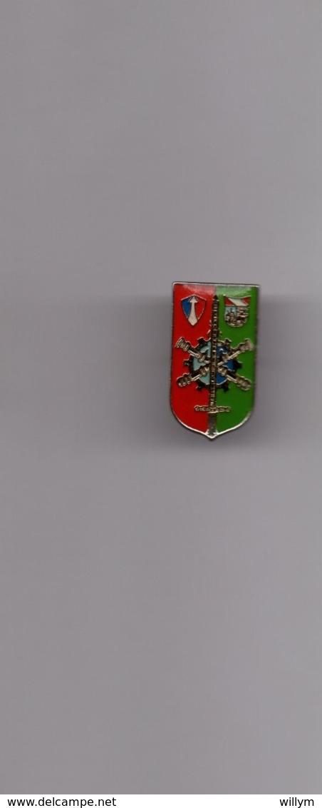 Pin's Armée / Insigne Du Commandement Et Direction Du Matériel Du 2ème Corps D'armée FFA (époxy Base Argentée) - Militaria