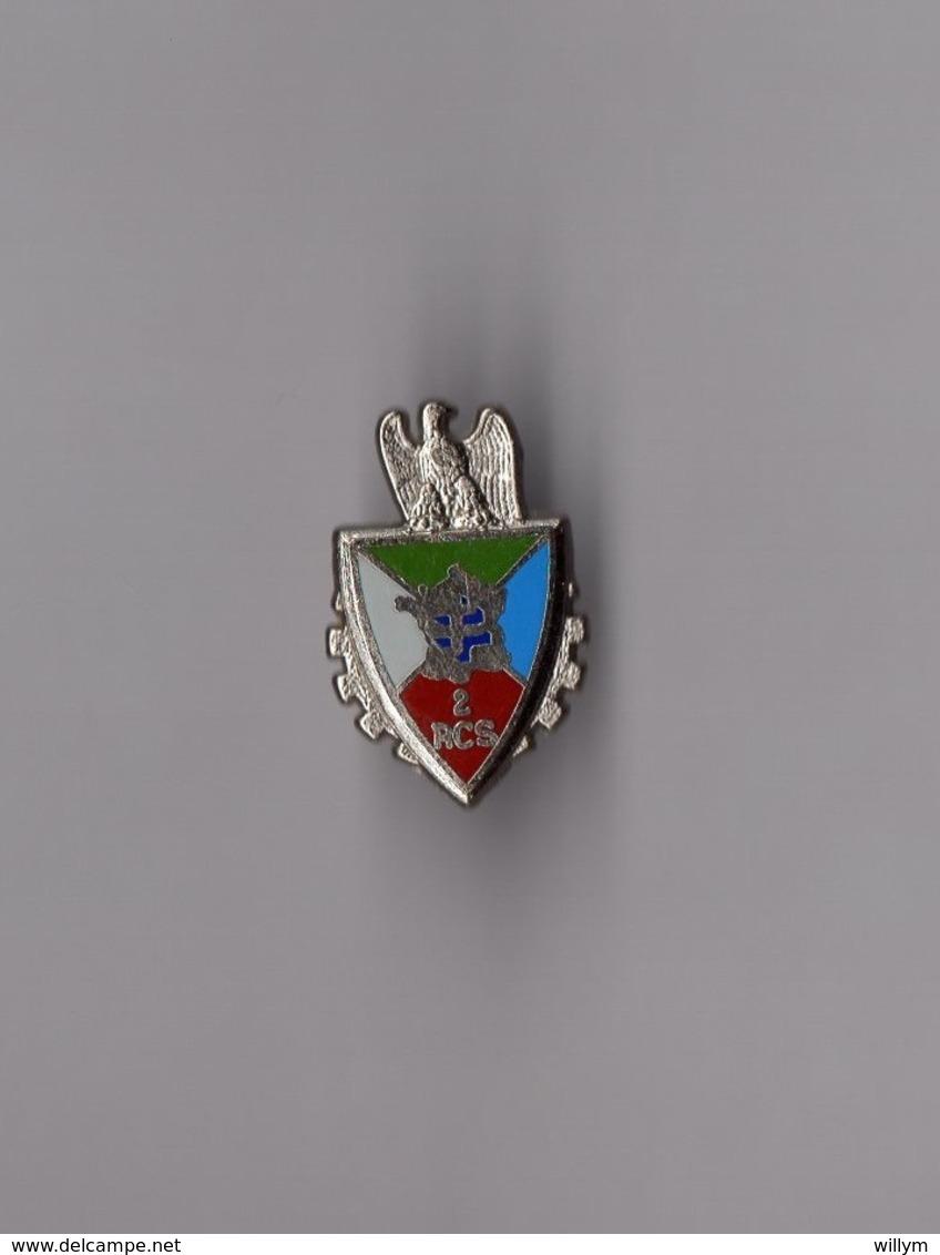 Pin's Armée / Insigne 2éme RCS Régiment De Commandement Et De Soutien (argenté Signé YD) Delsart Hauteur: 2 Cm - Militaria
