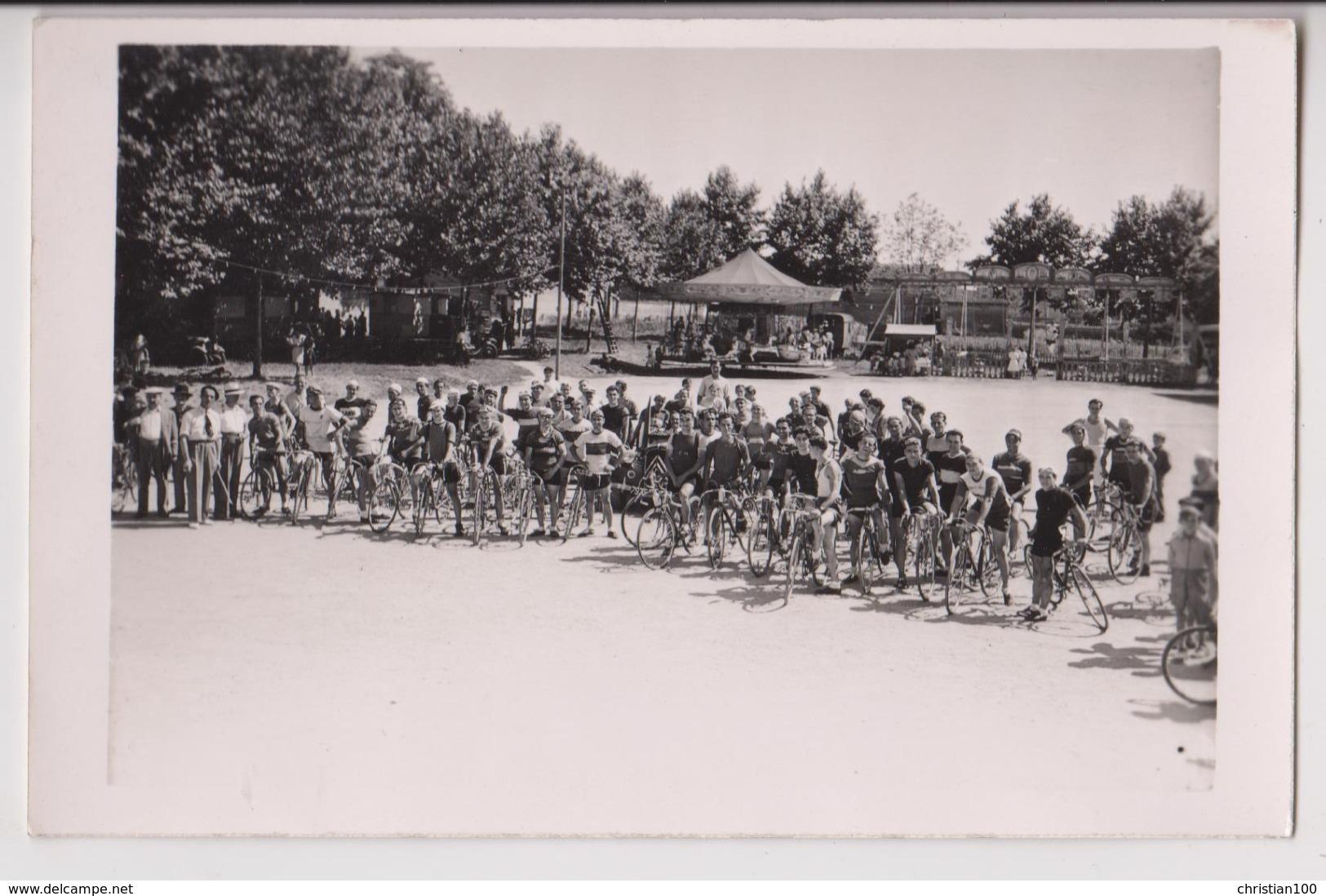 CARTE PHOTO : AVANT LE DEPART D'UNE COURSE CYCLISTE - EQUIPES DE COUREURS - MANEGE DE CHEVAUX DE BOIS - 2 SCANS - - Cartes Postales