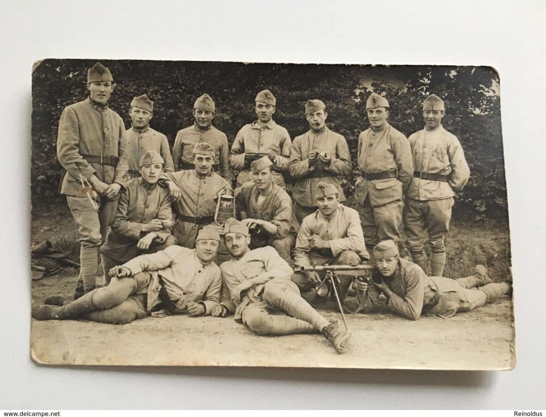 Foto AK Groupe Soldats Avec Mitrailleuse Maschinengewehr Mitrailleur Et Lumière - Ausrüstung