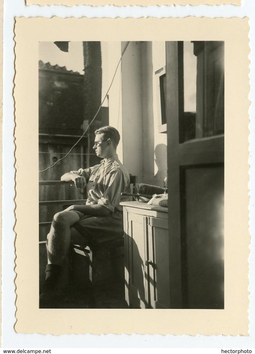 Jeune Homme Man Ado Teen Fenêtre Contemplation Composition Lumière Snapshot Profile Profil Balcon Lumière Abstract - Personnes Anonymes