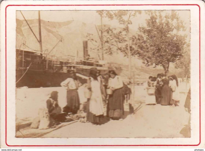 Photo Albuminée Sur Carton 6,5 X 9,5 : Montenegrines à Cattaro  (Montenegro) Marchandes Sur Le Quai   1897 - Photos