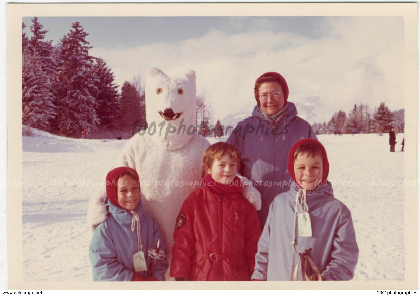 Portrait D'un Groupe De Personnes Au Ski, Accompagné Par Une Personne Déguisée En Ours Polaire - Photos