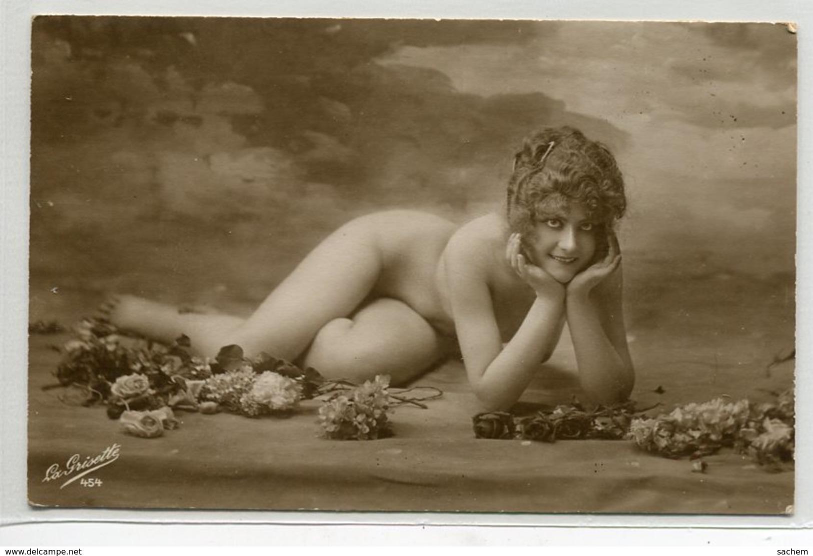 NU NUDE EROTISME  Jeune Femme Nue Allongée Sol   Mains Sous Menton 454 La Prisette    D14 2019 - Desnudos Adultos (< 1960)
