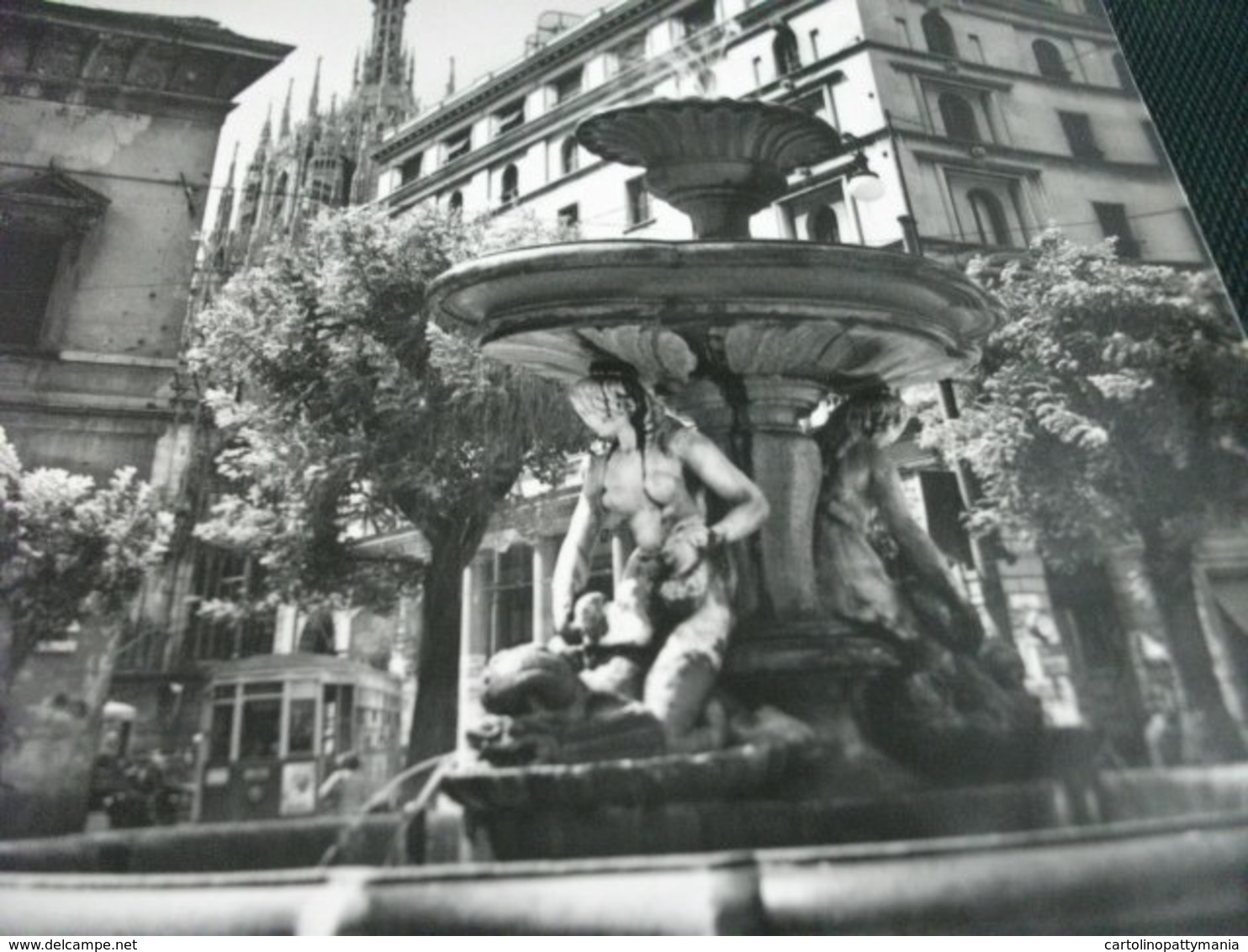 Conchiglia Shell  COQUILLES   CONCHAS  PIAZZA FONTANA MILANO - Monuments