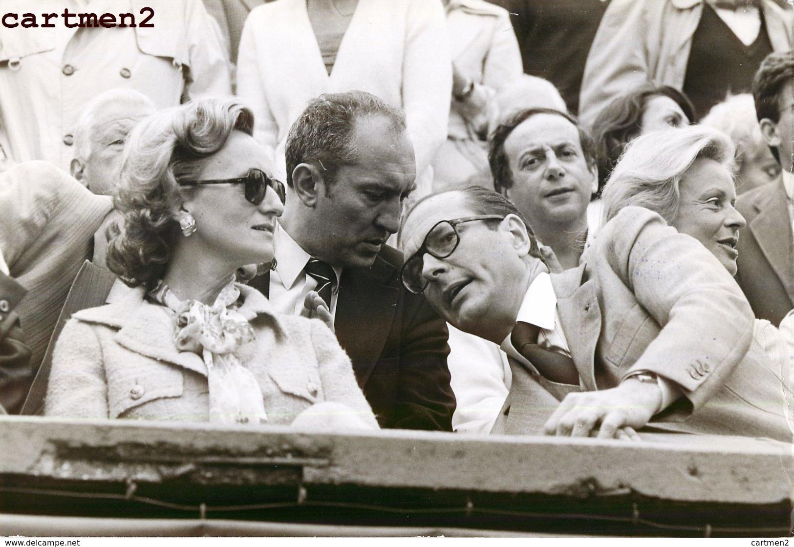 GRANDE PHOTOGRAPHIE JACQUES CHIRAC ET BERNADETTE A ROLAND-GARROS 1977 PRESIDENT POLITIQUE - Personalidades Famosas
