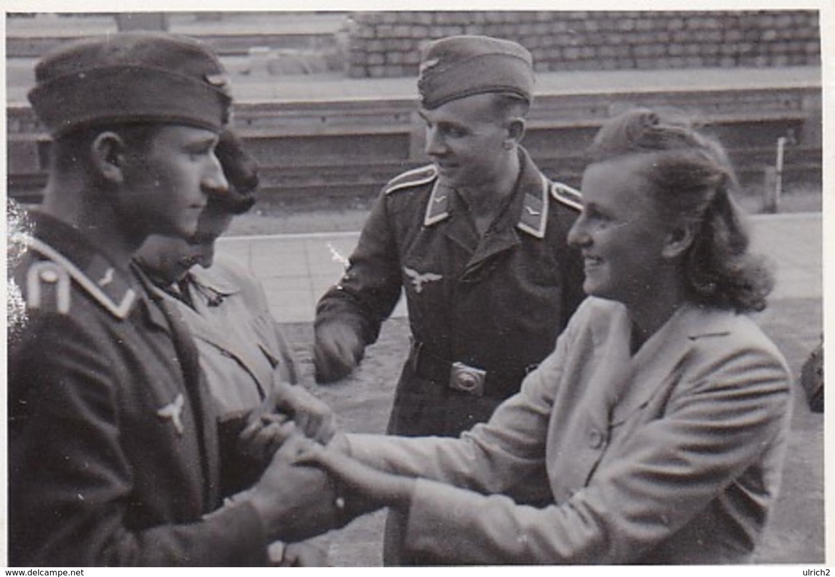 Foto 2 Deutsche Soldaten Mit Frauen - 2. WK - 8*5cm (44038) - Krieg, Militär