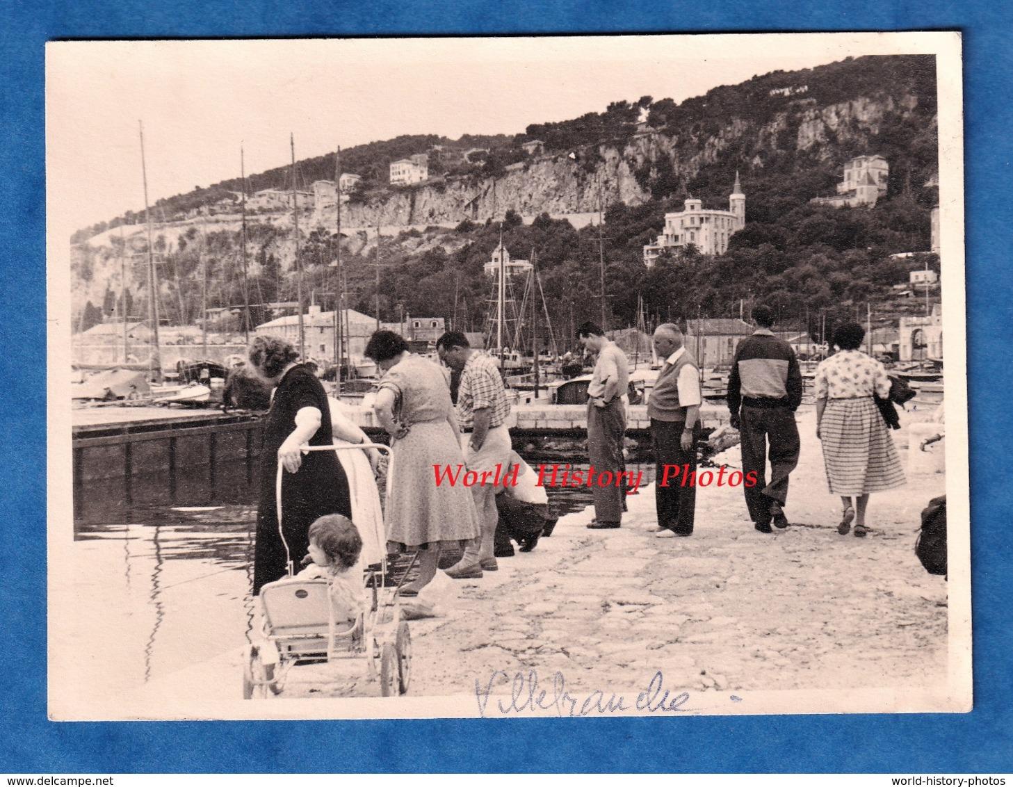 Photo Ancienne Snapshot - VILLEFRANCHE Sur MER - Groupe D' Homme & Femme Regardant Dans L'eau - 1957 - Barcos