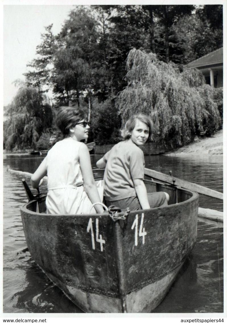 Grande Photo Originale Jeunes Femmes Cherchant Désespéramment Un Rameur Pour La Barque N. 14 Vers 1960 - Pin-Ups