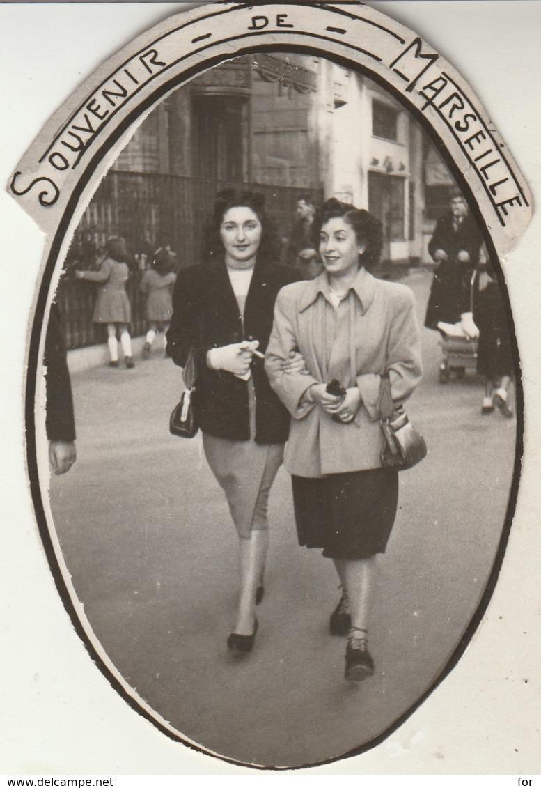 Pin-up - En Promenade à Marseille - ( Format 9,5cm X 6,8cm ) - Pin-ups