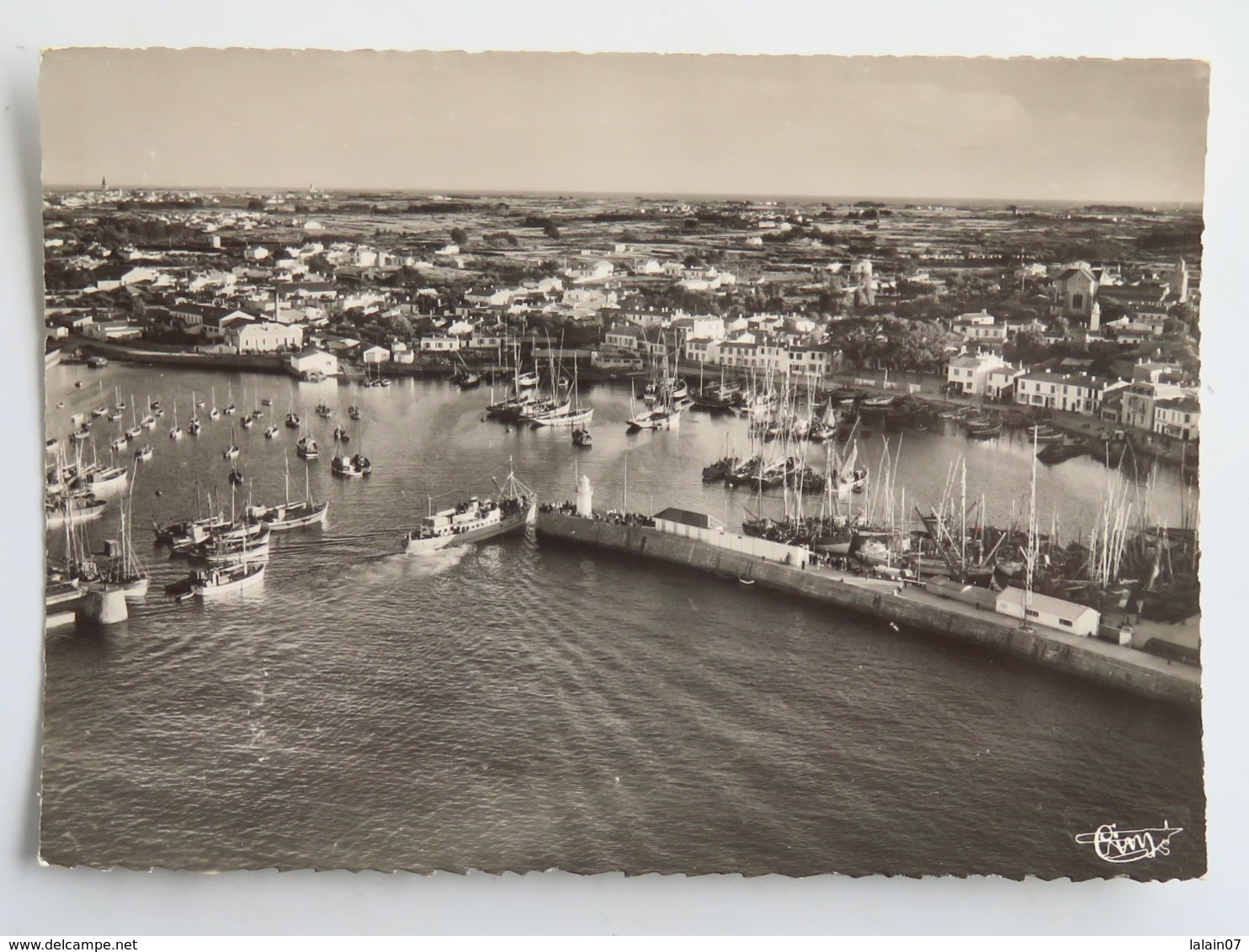 C. P. A. : 85 Ile D'Yeu : PORT JOINVILLE : Vue Aérienne Sur Le Port - Ile D'Yeu