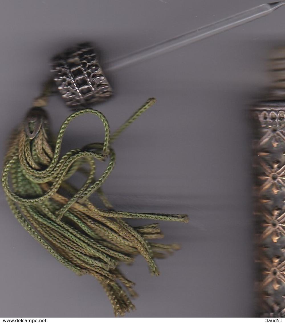 Flacon Parfum Très Ancien :Bottle Cerclé De Dentelle En Laiton,bouchon Avec Aiguille En Verre Et D'un Pon-pon - Alte Miniaturen (bis 1960)
