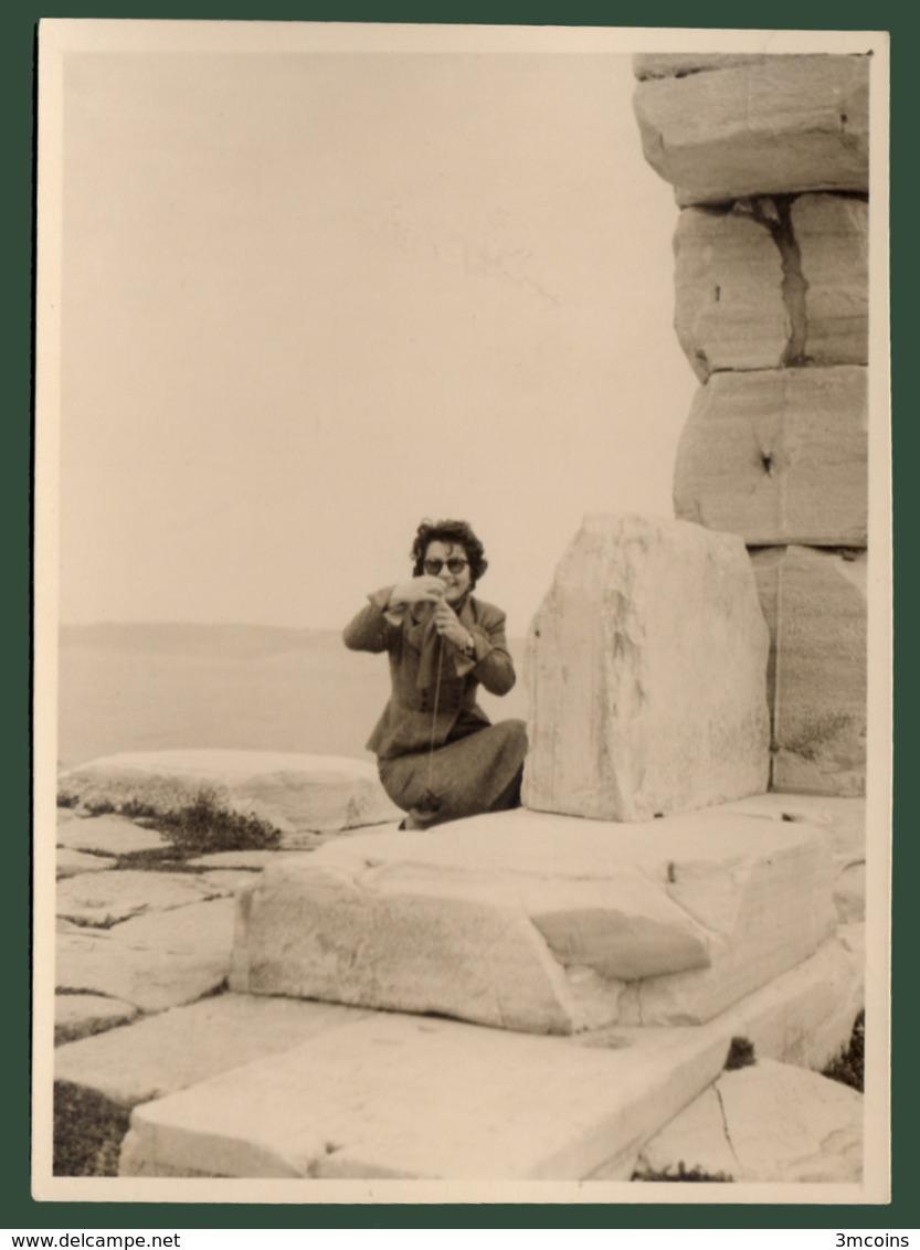 B-39432 SOUNION 1950s. Temple Of Poseidon / Woman. Photo. - Anonymous Persons