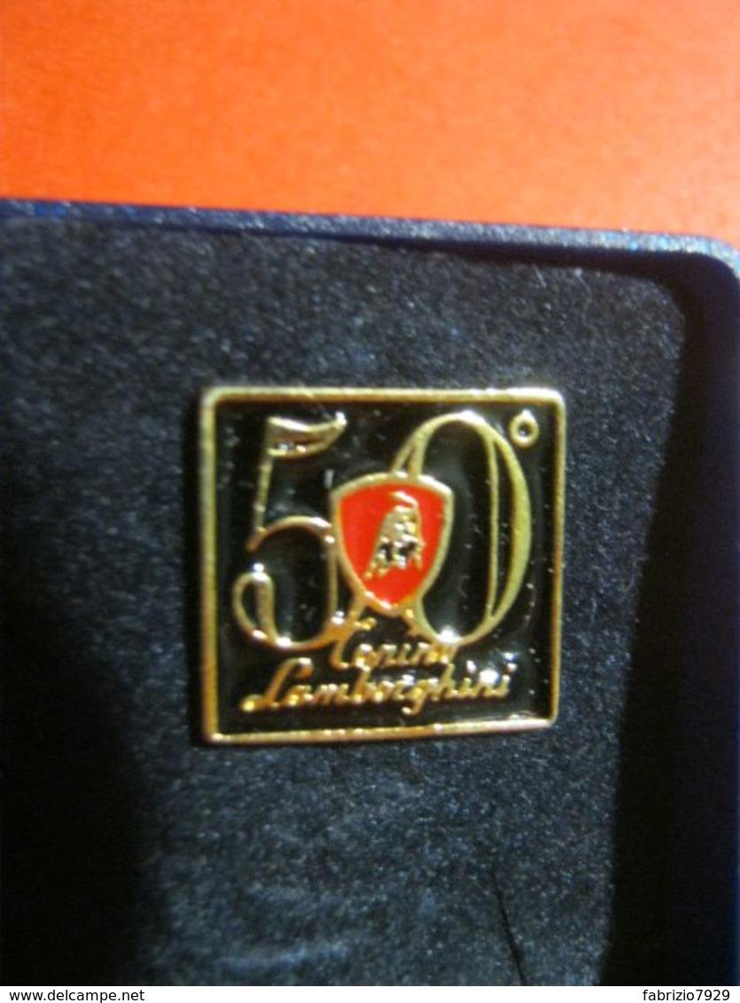 MED.1 PIN'S PIN PINS - ITALIA 2013 50 ANNI LAMBORGHINI AUTO CAR AUTOMOBILE S. AGATA BOLOGNA IN CONFEZIONE ORIGINALE - Pin's
