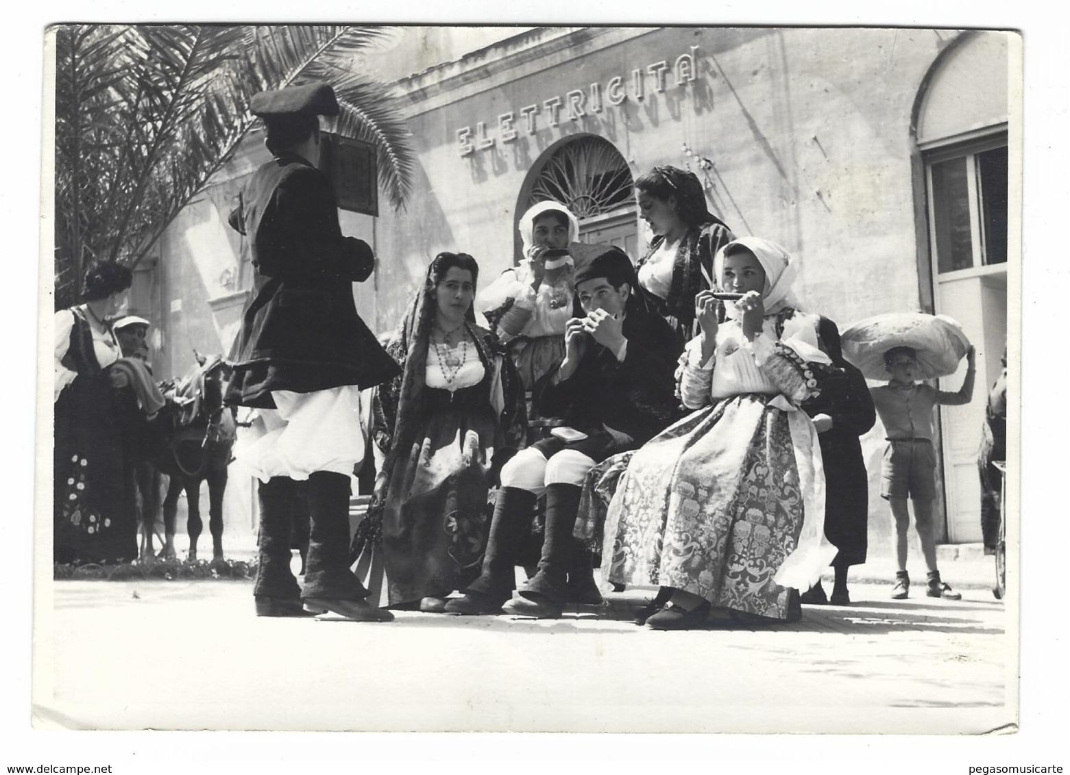 1118 - FOTO DI GRUPPO IN COSTUME TIPICO SARDO NEGOZIO ELETTRICITA' 1950 CIRCA SARDEGNA - Italia
