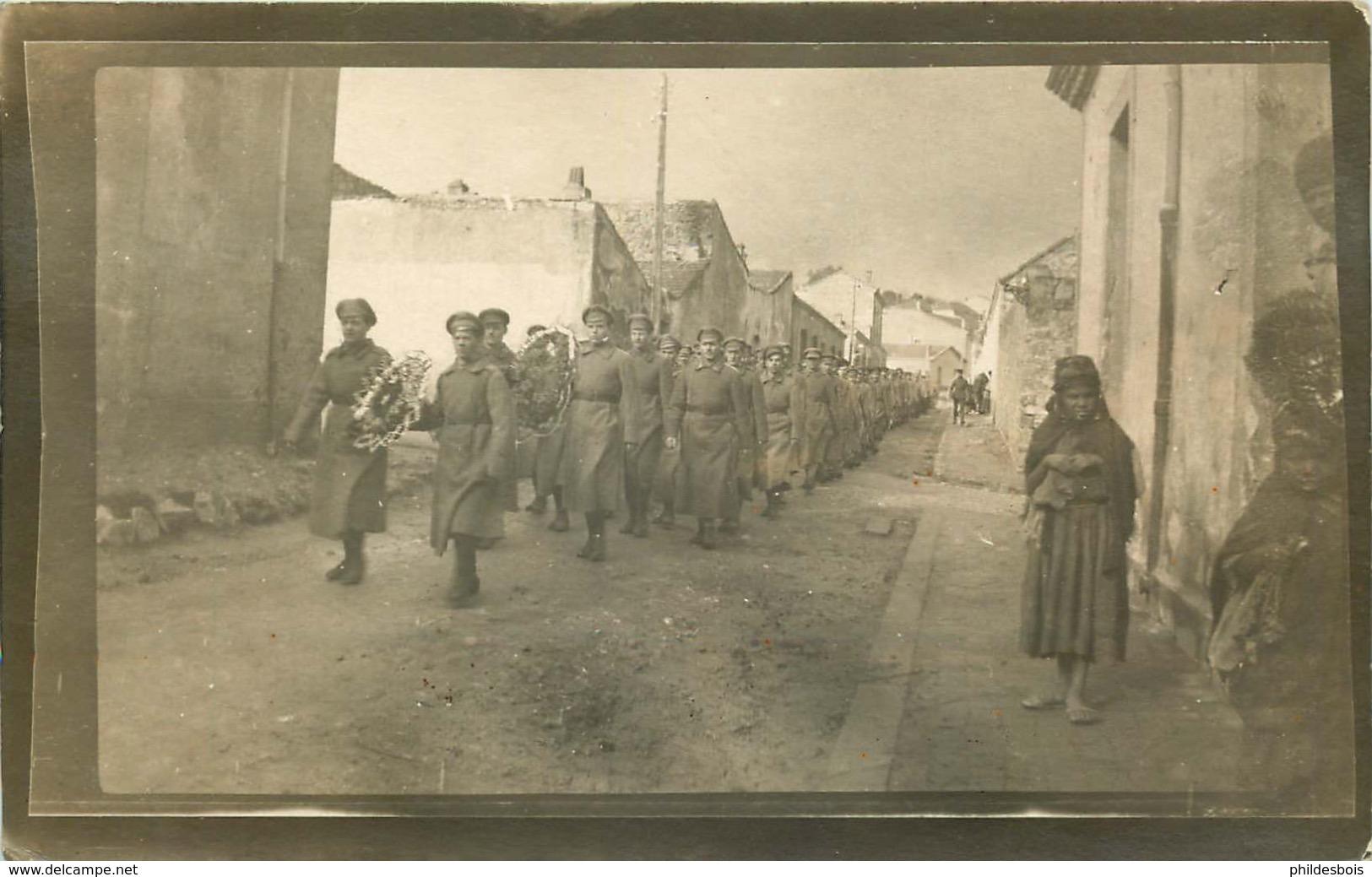 RUSSIE ,RUSSIA  MILITAIRE (carte Photo)  SOUK AHRAS  Soldats Russes Des Brigades Déporté En Algerie  ENTERREMENT - Russia
