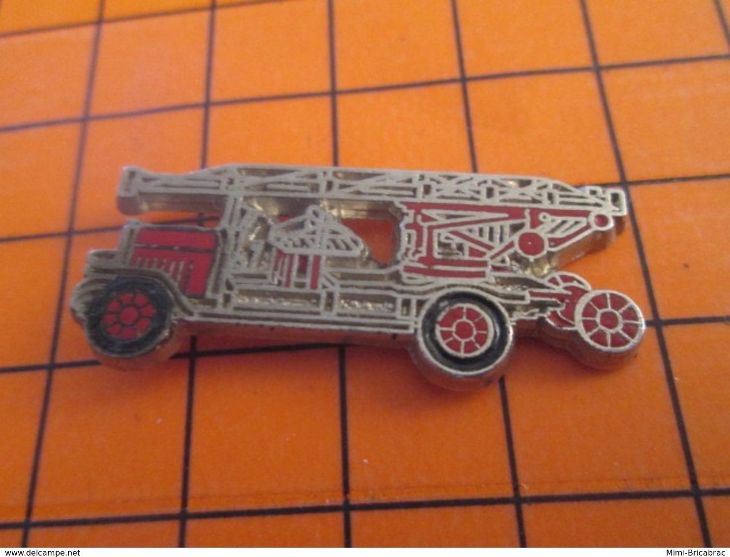 419 Pin's Pins : BEAU ET RARE : Thème POMPIERS / CAMION ROUGE GRANDE ECHELLE - Brandweerman