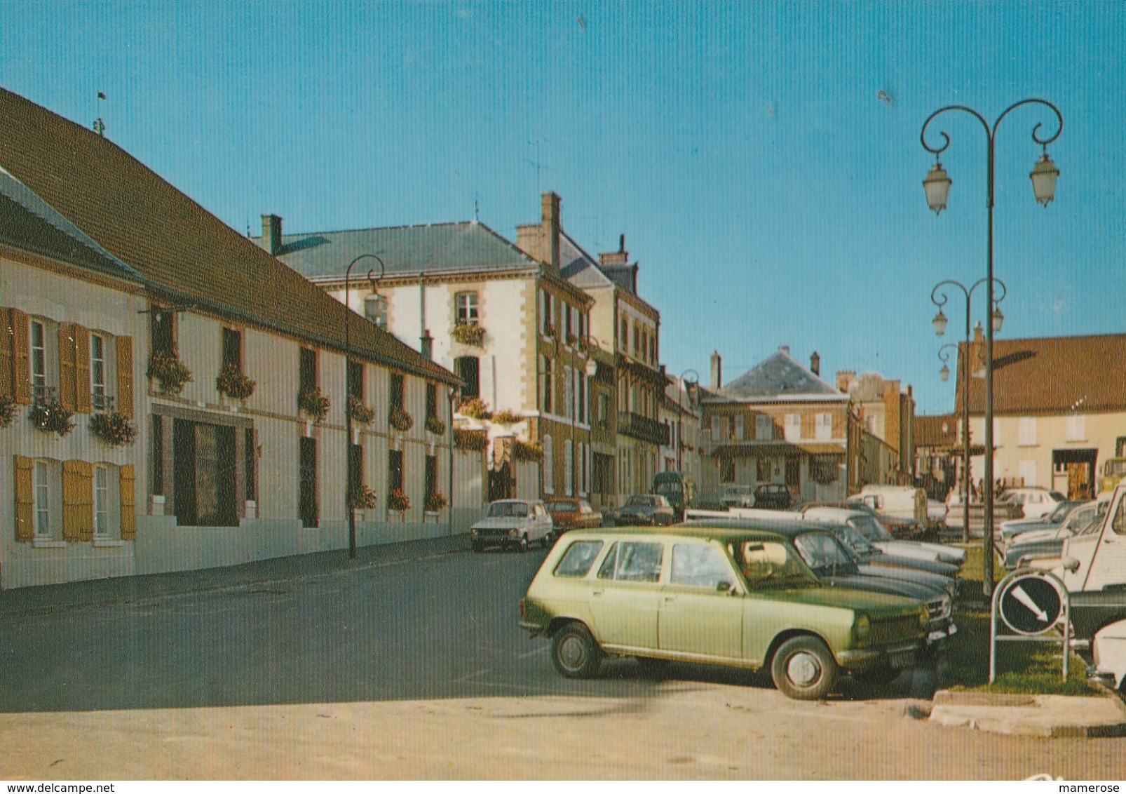 AVIZE (51). La Place Du Marché. Voitures: Renault 6 Et Autres Des Années 1965 -70 - Passenger Cars