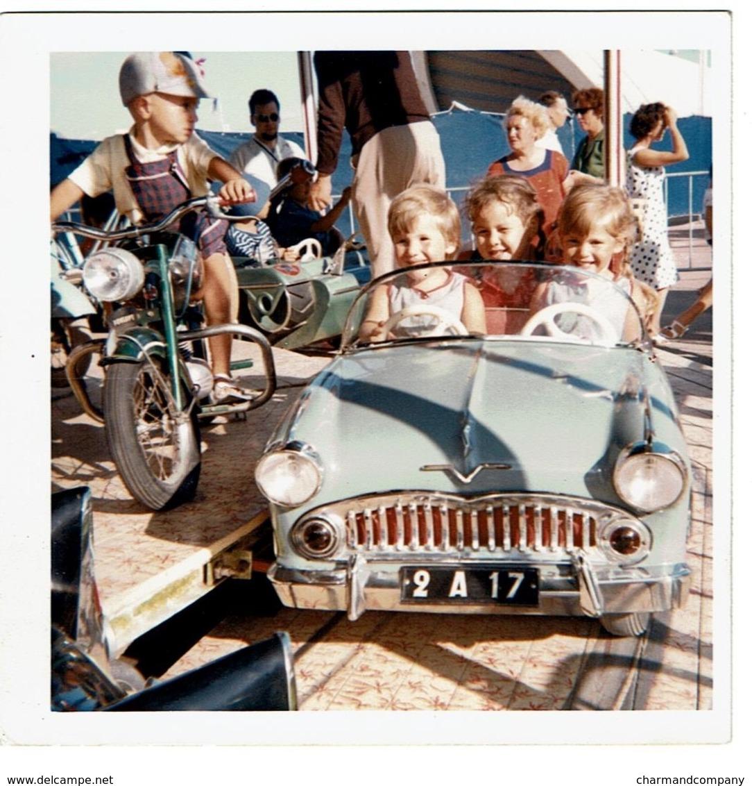 1964 Snapshot / Photo 9 X 9 Cm - Enfants Dans Une Voiture / Moto De Manège - Foire - Fête Foraine - Attraction - 2 Scans - Automobiles