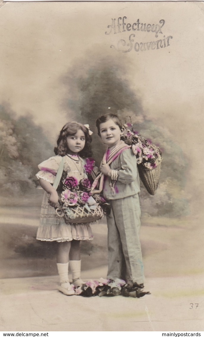AQ71 Children - Boy And Girl With Baskets Of Flowers - Groupes D'enfants & Familles
