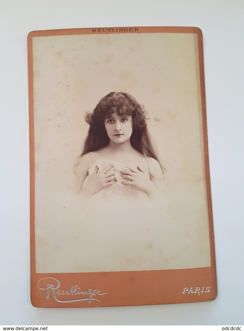 PHOTO  Cartonnée ARTISTE Femmininne FERNANDE DULAC Epaules Nues Mains Sur La Poitrine Reutlinger RV 21 Bd Montmartre Par - Famous People