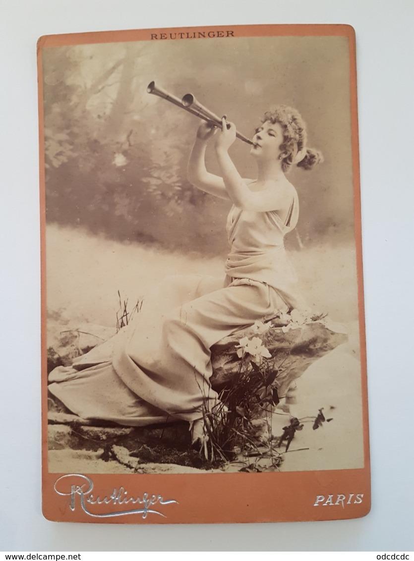 PHOTO  Cartonnée ARTISTE Femmininne Jouant D'un Instrument De Musique   Reutlinger RV 21 Bd Montmartre Paris - Famous People