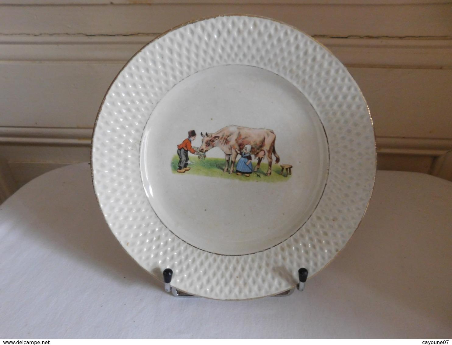Assiette Décor Jeunes Paysans Et Vache Au Pré Faïence D'Onnaing Vers 1910 - Onnaing (FRA)