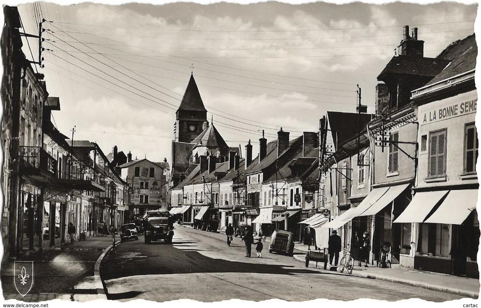 D18-AUBIGNY SUR NERE-LA PLACE Et L'EGLISE-Café Du Centre-Grand Bazar-Epicerie Centrale-Véhicules Anciens-Cycliste - Aubigny Sur Nere