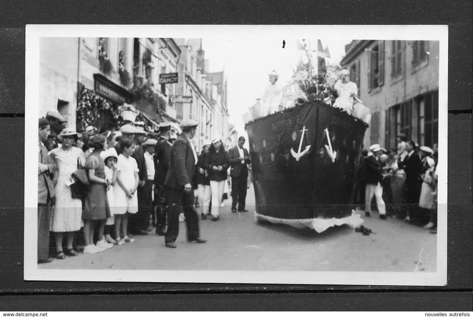 1 PHOTO  PRISE A  MONTOIRE RUE DE RONSARD - FETE AOUT 1938 - CHAR DU PAQUEBOT LE NORMANDIE. - Lieux