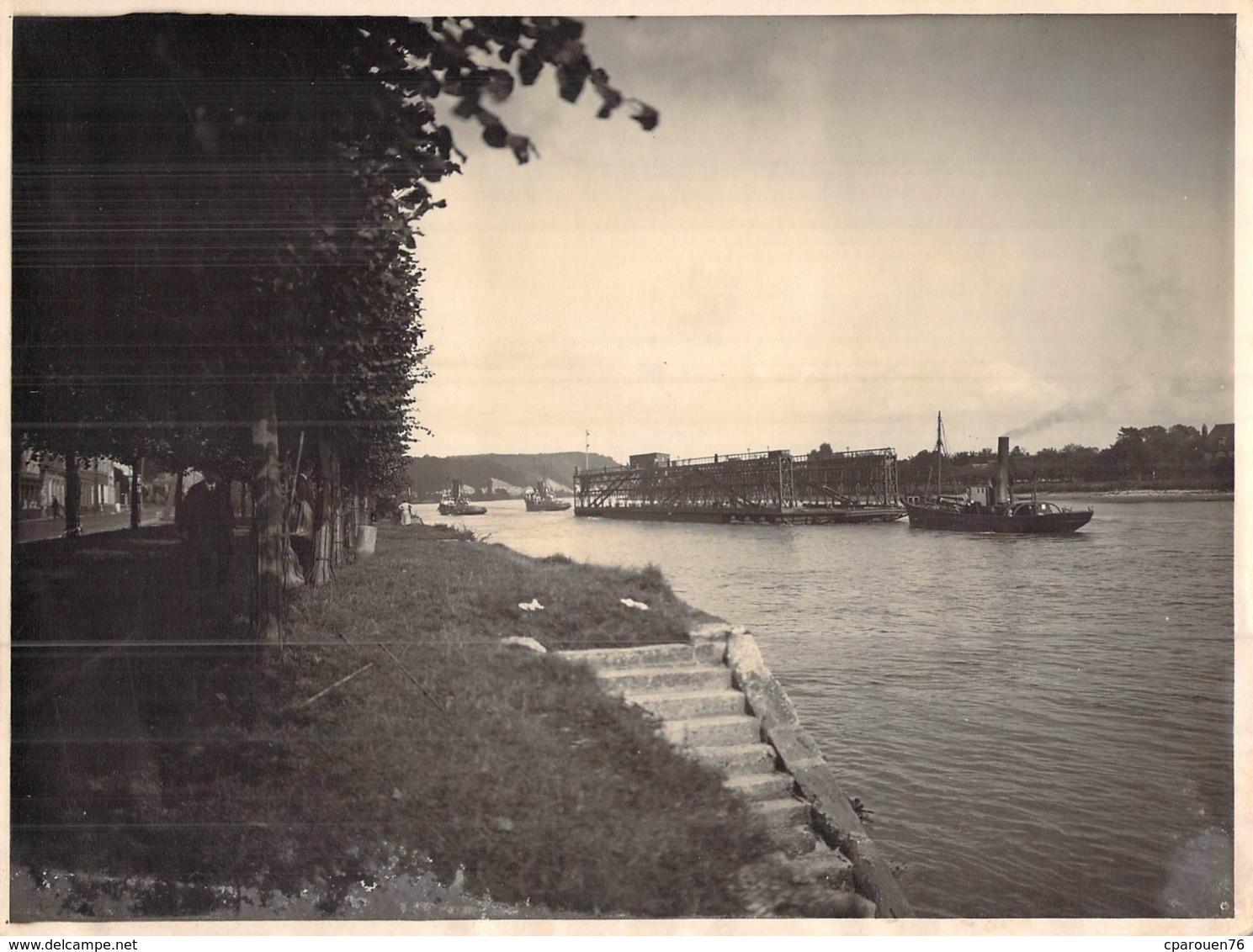 Photo Ancienne Un Remorqueur Sur La Seine Tire Une Dock Flottant Ou Une Cale De Réparation Navale Duclair ??? - Boten