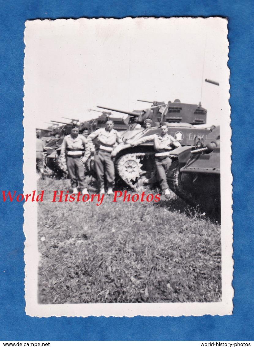 Photo Ancienne - ALGERIE ?- Portrait De Tankiste Devant Leur Char - Insigne 2e Division Blindée ? - Uniforme WW2 ? DB - Guerre, Militaire