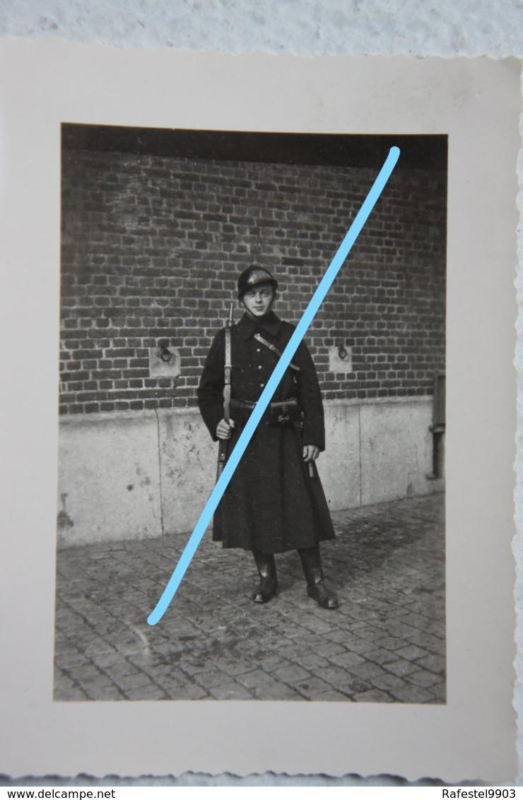 Photo GENDARME RIJKSWACHT Gendarmerie Circa 1930-40 Uniforme Casque Holster Fusil - Guerre, Militaire