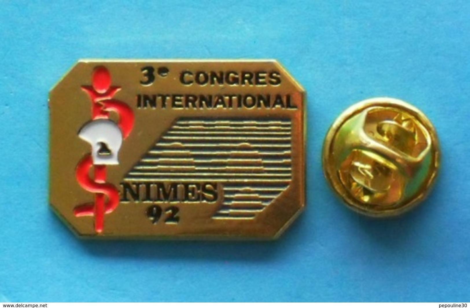 1 PIN'S //   ** 3ème CONGRÈS INTERNATIONAL / NIMES 92 / SERVICE DE SANTÉ Des SAPEURS POMPIERS ** . (S.D.I.S.30 ) - Bomberos