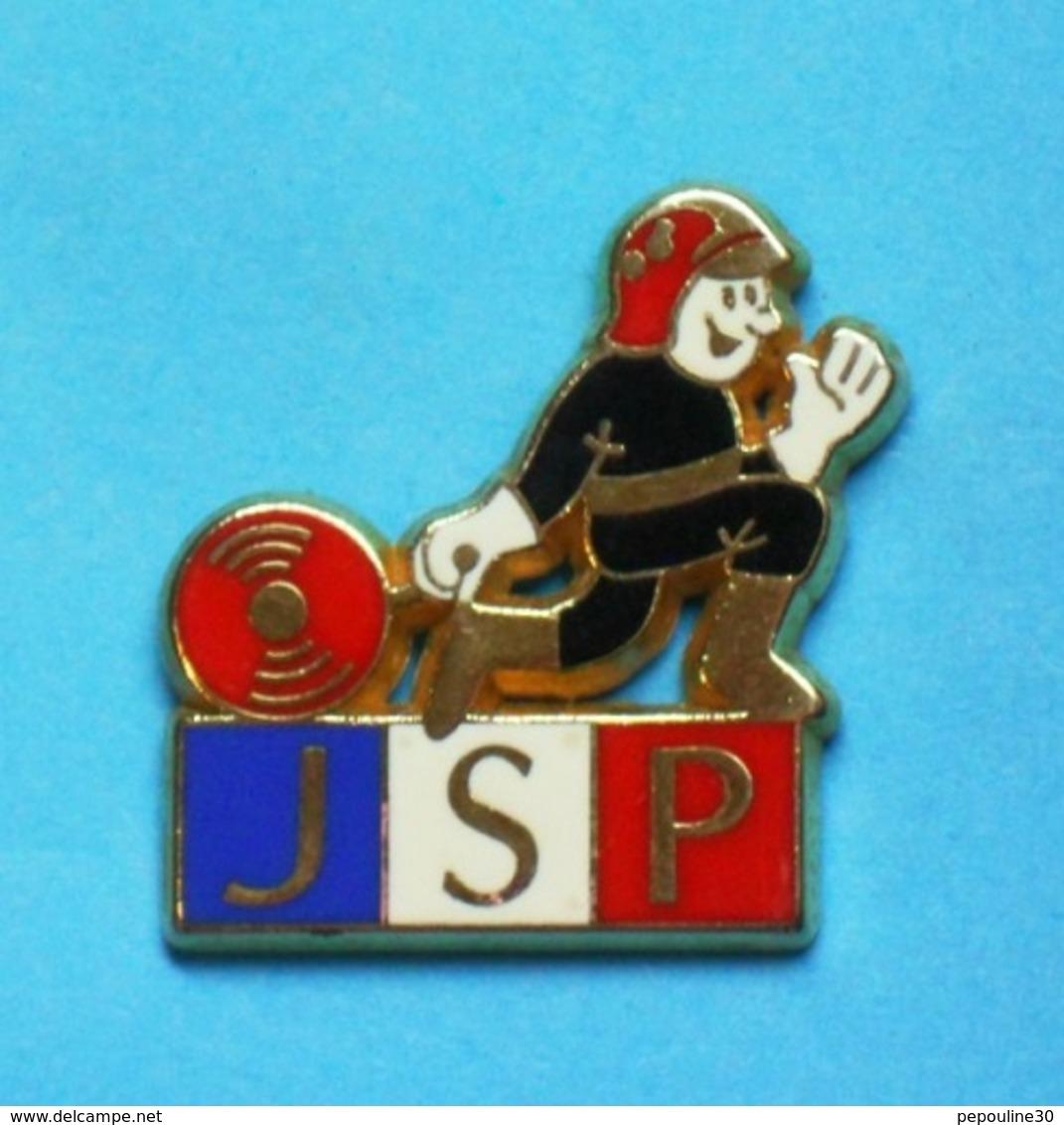 1 PIN'S  //   ** JSP / JEUNES SAPEURS POMPIERS ** . (A M C) - Firemen