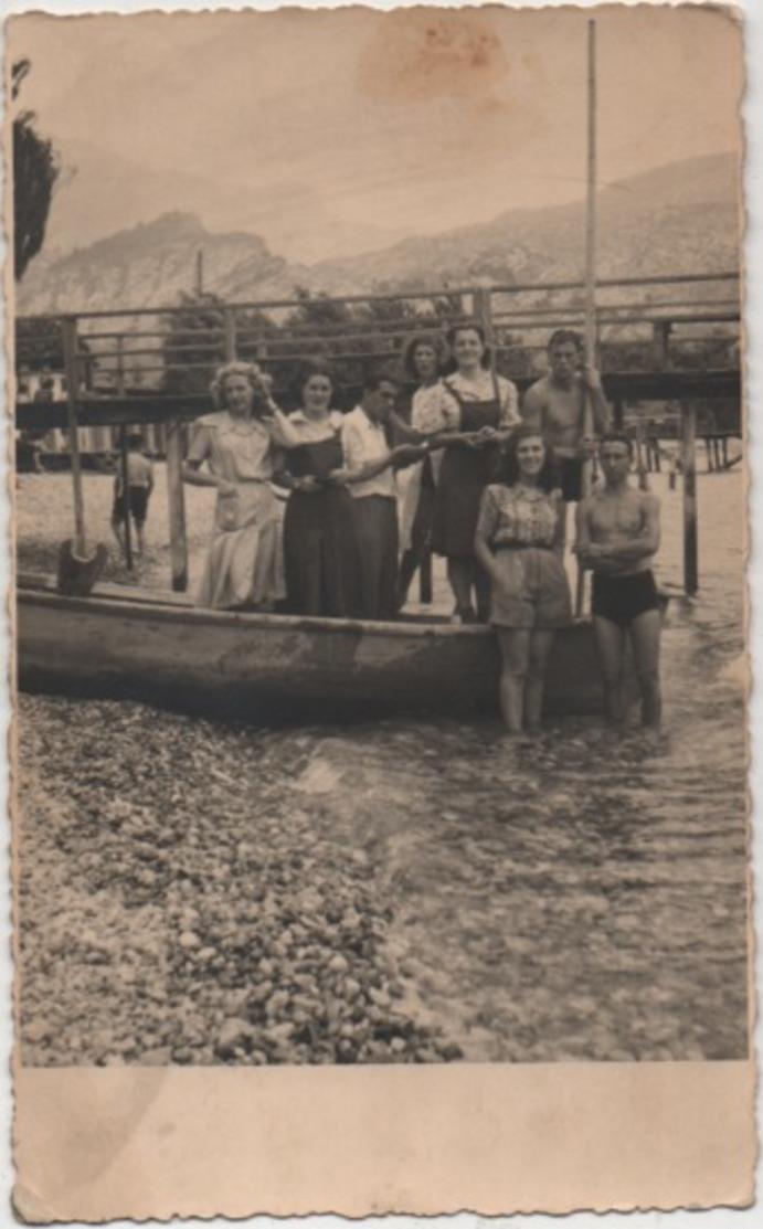 Fotografia Cm. 8,4 X 13,6 Con Gruppo Di Gitanti. Retro: Torbole (Trento, Lago Di Garda) Agosto 1942 - Luoghi