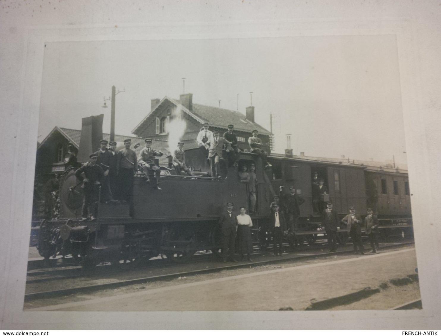BELLE PHOTOGRAPHIE GARE DE LOBBES AVEC TRAIN EN GROS PLAN - Trains