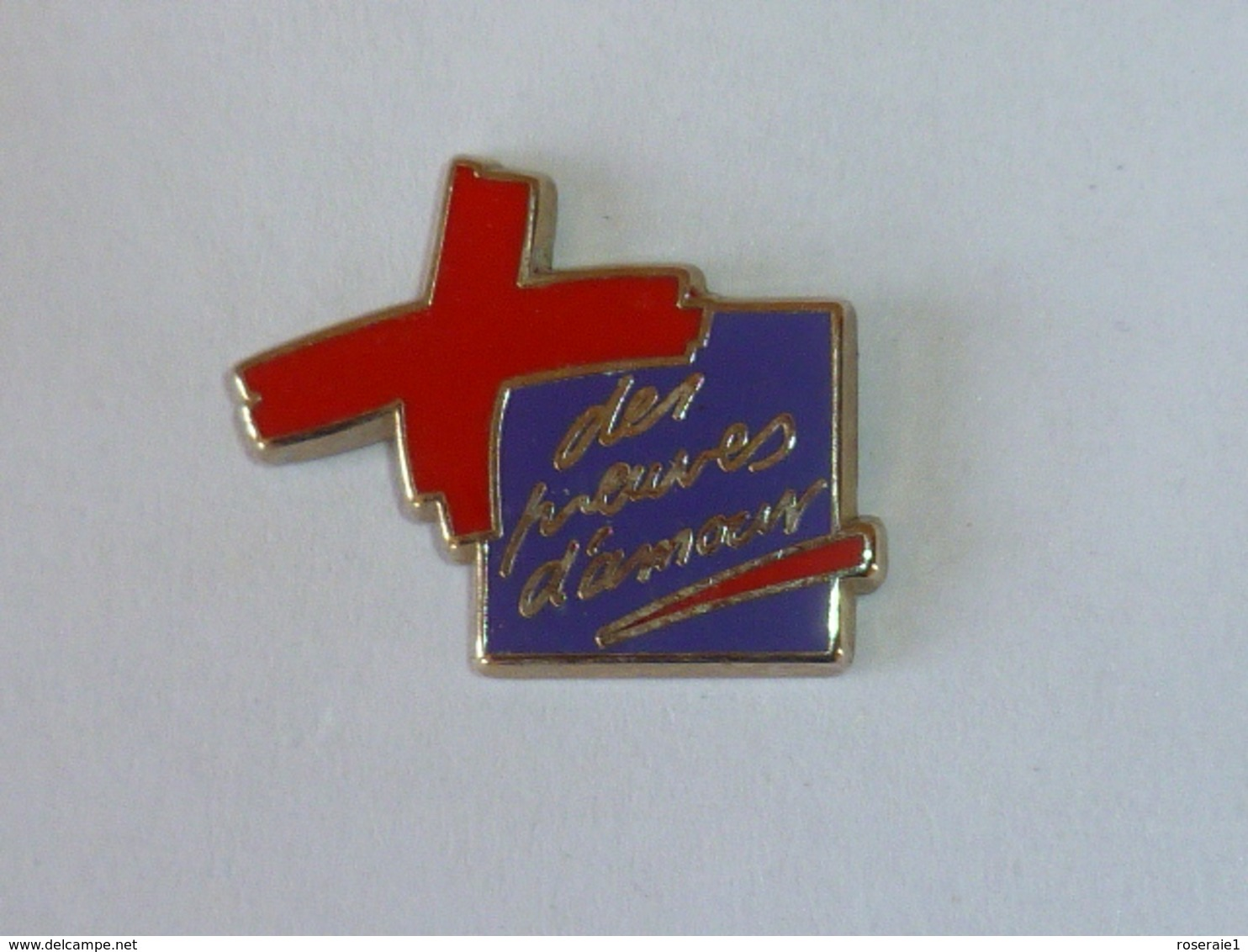 Pin's CROIX ROUGE, DES PREUVES D AMOUR VIOLET, Signe ARTHUS BERTRAND - Bomberos