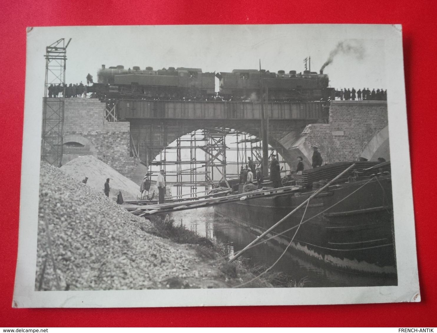 GRANDE PHOTO 2 LOCOMOTIVE SUR UN PONT EN CONSTRUCTION ET UNE PENICHE SUPERBE PHOTOGRAPHIE - Trains