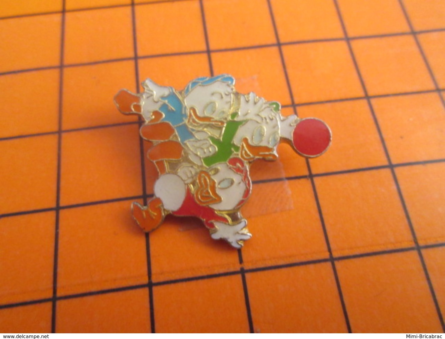 919 Pin's Pins / Beau Et Rare : Thème DISNEY / RIRI FIFI LOULOU JOUANT AU BALLON Les Petites Cailleras ! - Disney