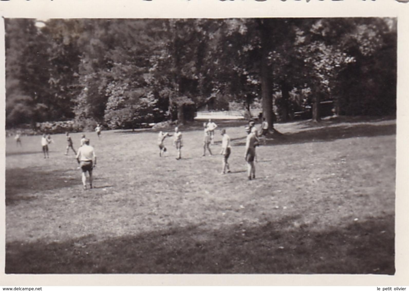 PHOTO ORIGINALE 39 / 45 WW2 WEHRMACHT FRANCE VERSAILLES JUILLET 1940 SOLDATS ALLEMANDS SÉANCE DE SPORT DANS LE PARC - Guerra, Militari