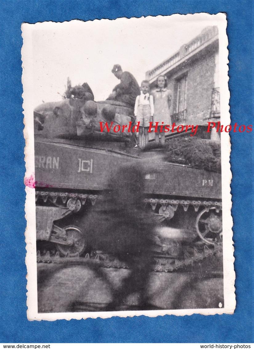 Photo Ancienne Snapshot - PARIS ? - Libération - Beau Cliché D'un Cycliste & Un Char De La 2e DB ? - WW2 Casque Guerre - Guerre, Militaire
